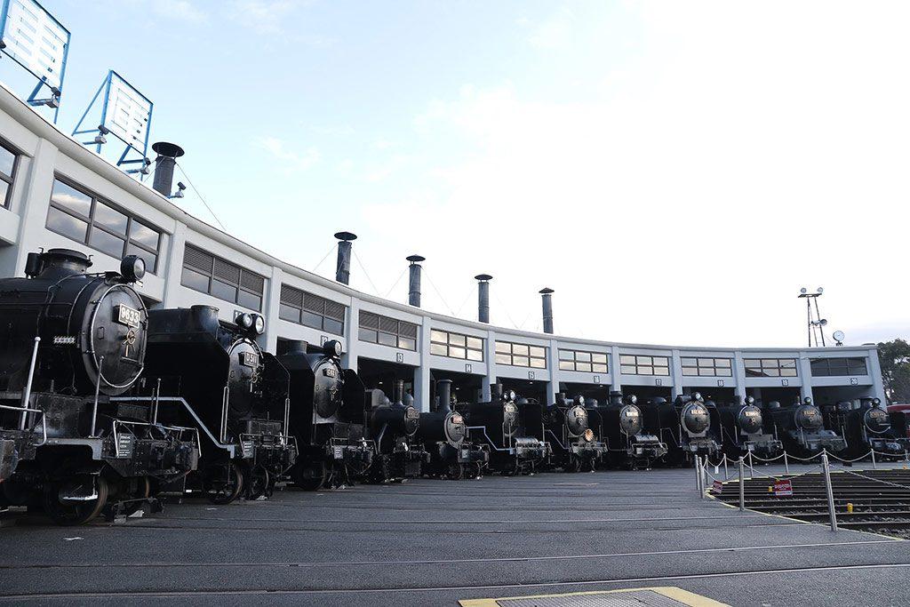 重要文化財の扇形車庫にSLが並ぶ/京都鉄道博物館(京都市)