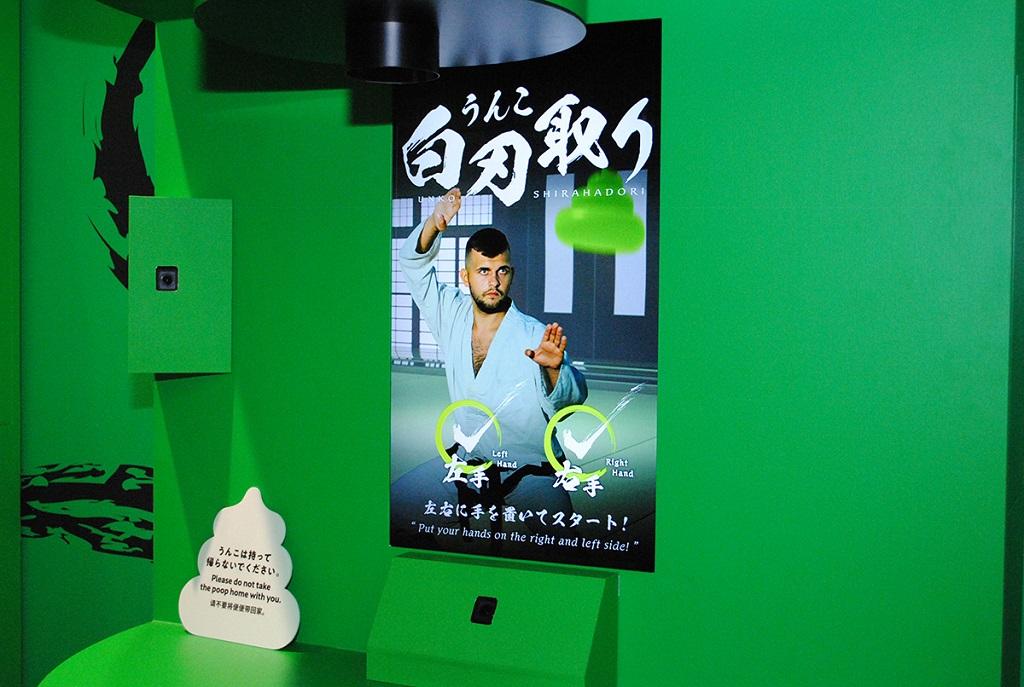反射神経が試される「うんこ白刃どり」/うんこミュージアムTOKYO(ダイバーシティ東京)