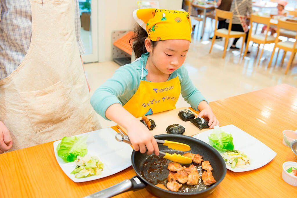 おにぎりの具材(甘辛チキン)を作ります/東京ガス キッズインザキッチン 親子クラス