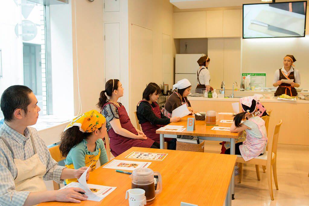 調理のレクチャーを受ける/東京ガス キッズインザキッチン 親子クラス