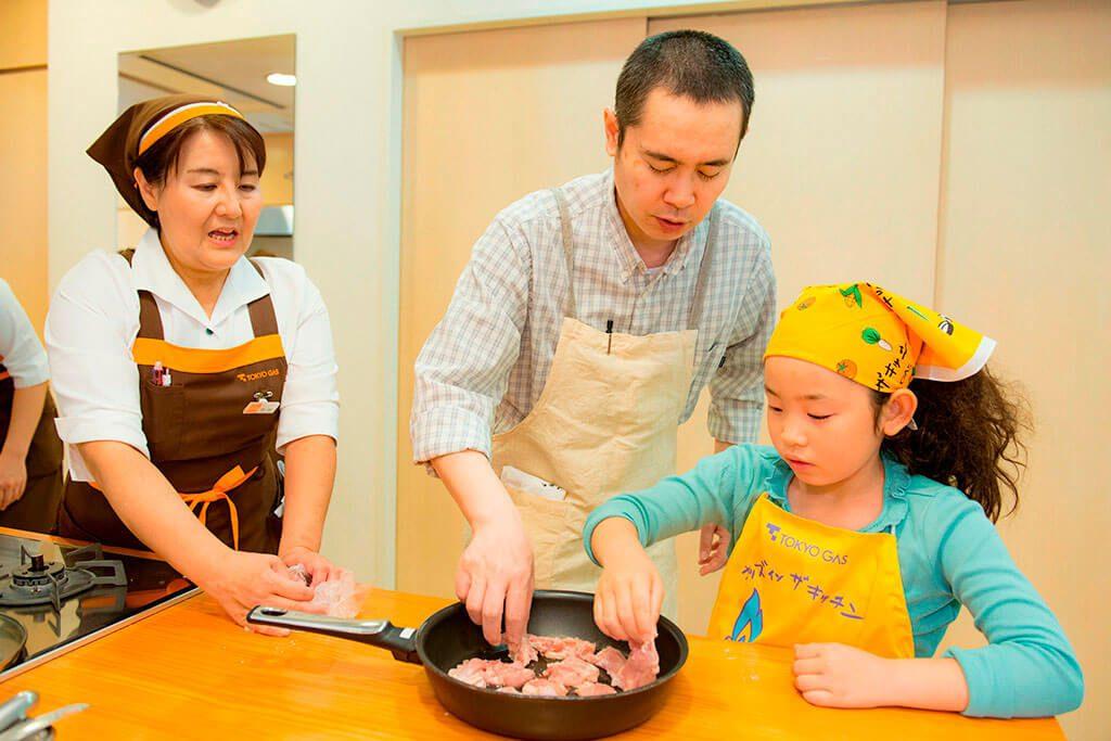 「おにぎり2種」おにぎりの具材(甘辛チキン)を作る/東京ガス キッズインザキッチン 親子クラス