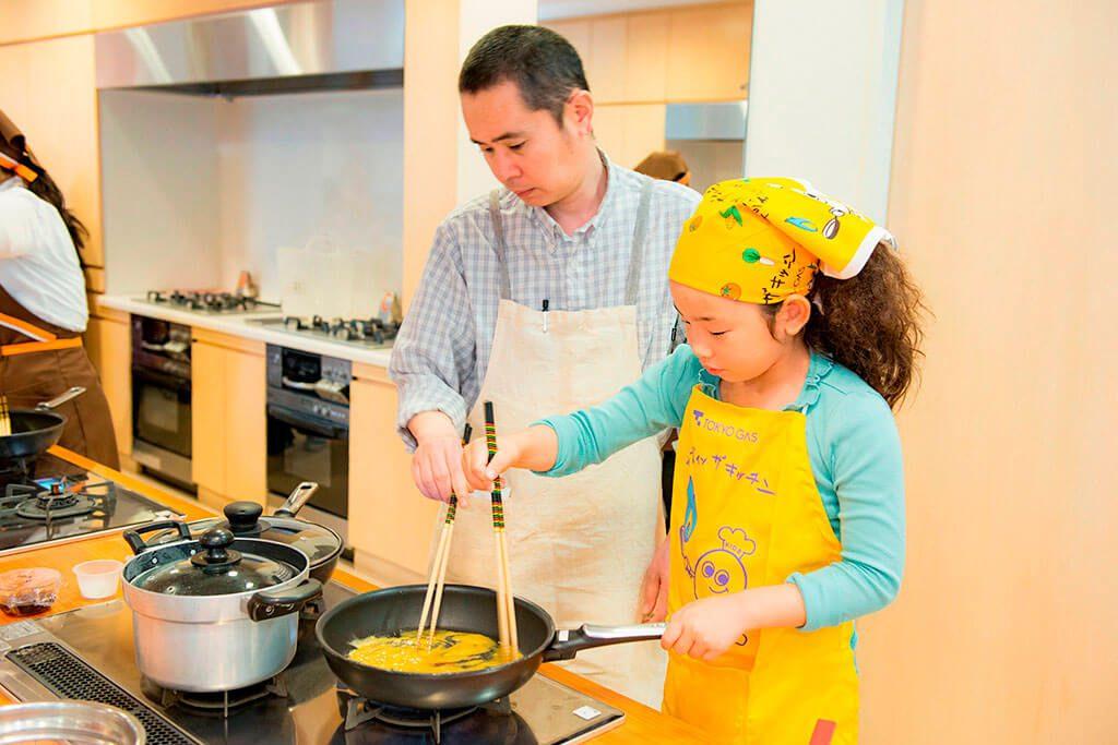 「おにぎり2種」おにぎりの具材(炒り卵)を作る/東京ガス キッズインザキッチン 親子クラス