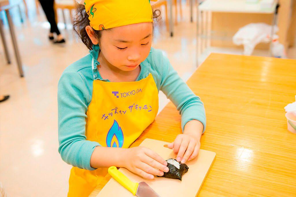 海苔に切り込みを入れて、成形/東京ガス キッズインザキッチン 親子クラス