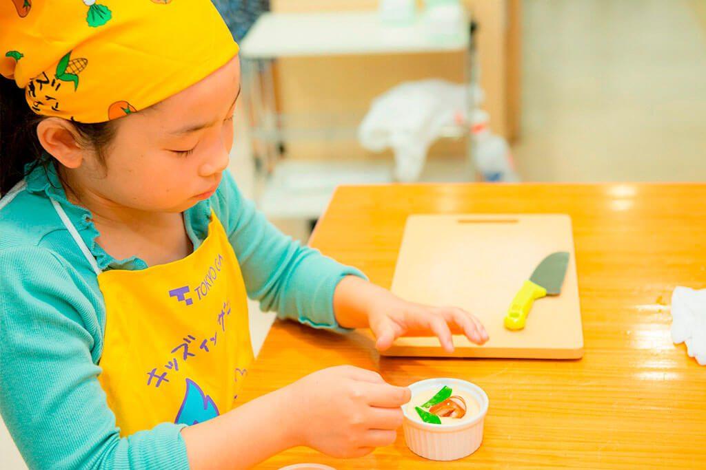 カニかまぼこと絹さやで、お花に見立てた飾り付け「お花茶碗むし」/東京ガス キッズインザキッチン 親子クラス