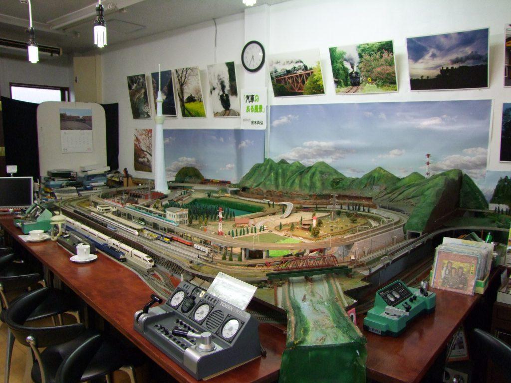 ジオラマの前でゆっくりできる店内/鉄道模型ジオラマカフェ(栃木県/佐野市)