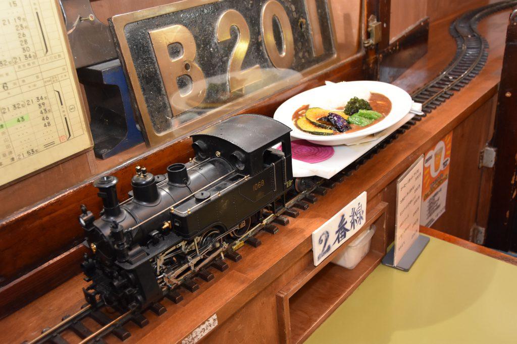 機関車が料理を運んでくる/カレーステーション ナイアガラ(東京都/目黒区)