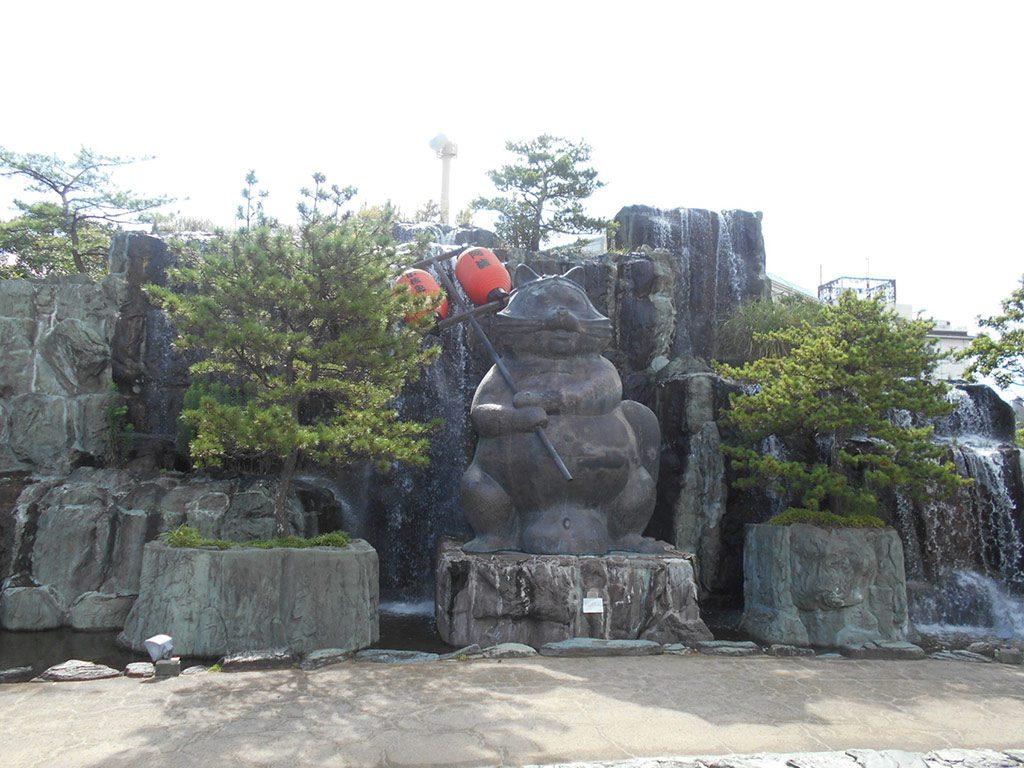 小松島市のシンボル、狸の銅像/小松島ステーションパーク(徳島県)