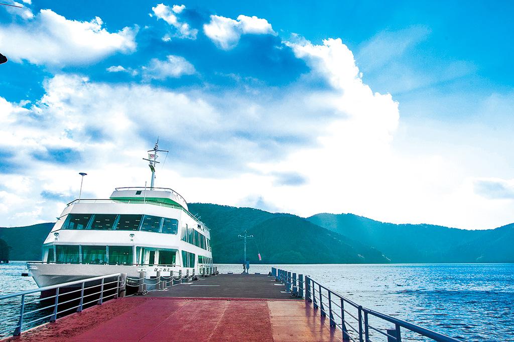 双胴船で芦ノ湖をゆったり楽しめる遊覧船/箱根 芦ノ湖遊覧船(神奈川県)