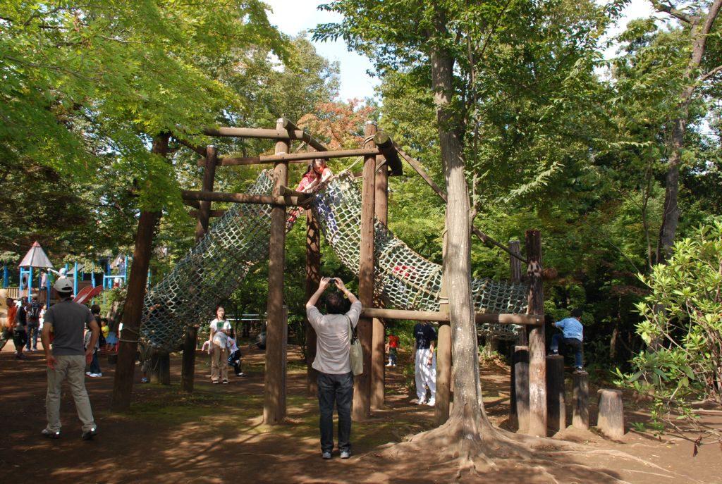 ネットのトンネルを登る子どもたち/フィールドアスレチックありのみコース(千葉県市川市)