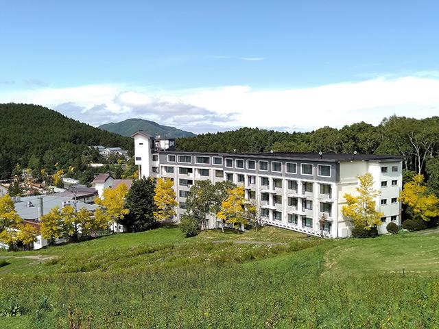 緑に囲まれた「白樺リゾート池の平ホテル」の外観(長野県/立科町)