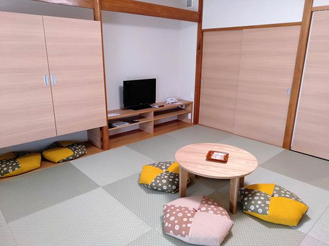 畳にカラフル座布団がアクセントの和モダンルーム/池の平ホテル(長野県/立科町)