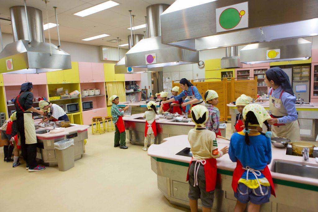食材がテーマのプログラムに参加する子どもたち/キッズプラザ大阪