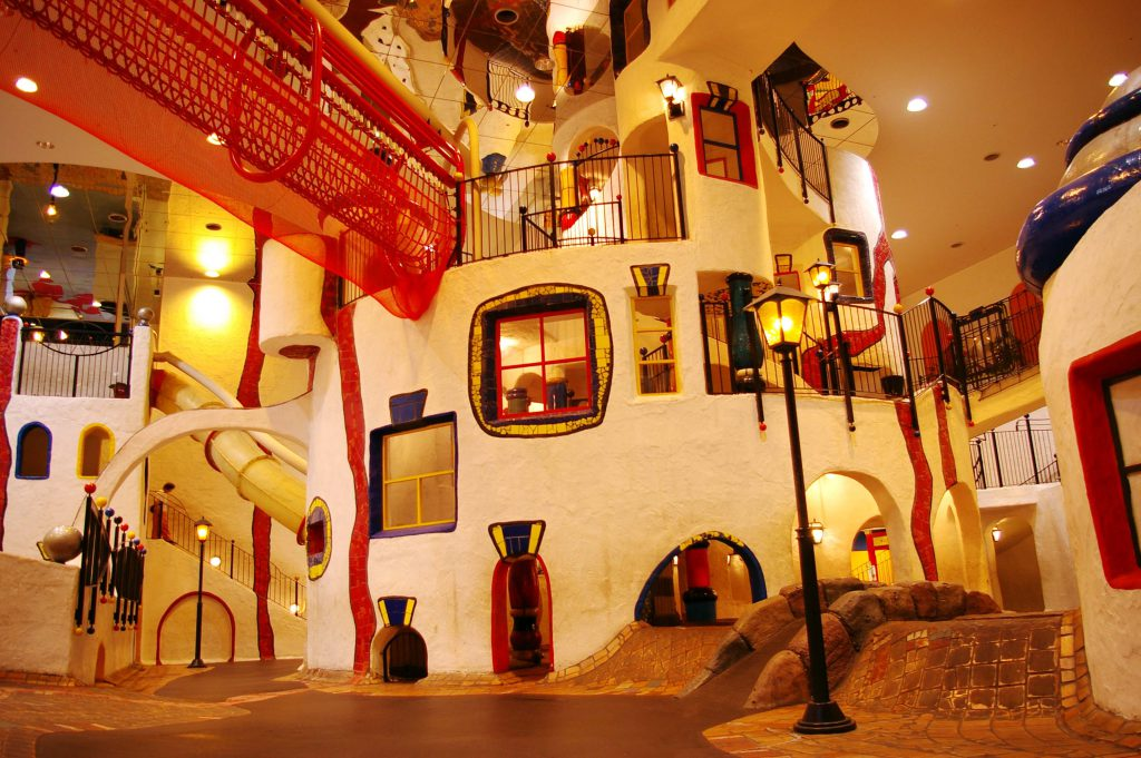 「こどもの街」は曲線で作られた巨大な室内遊具/キッズプラザ大阪