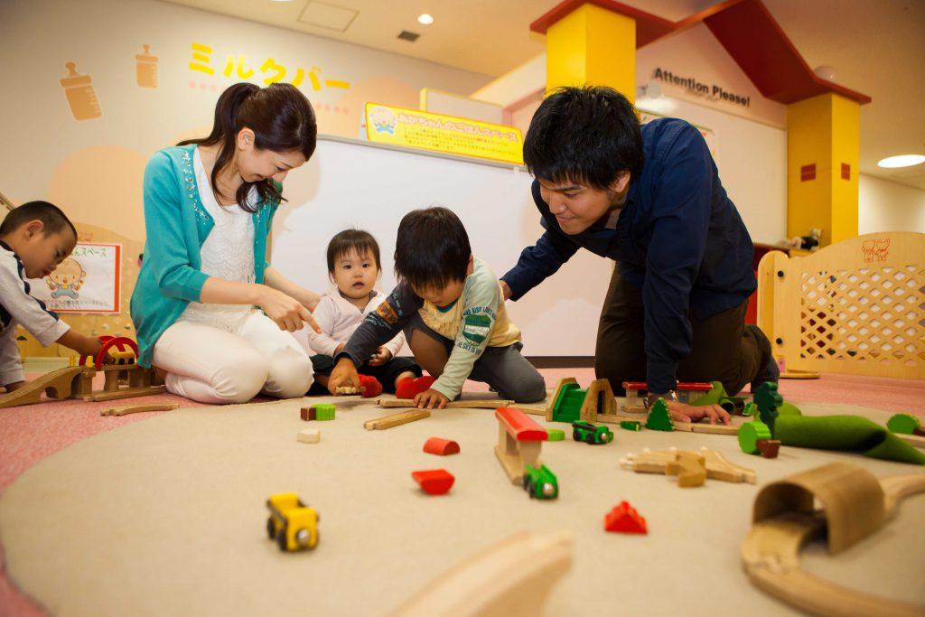 赤ちゃん・幼児向けプレイルームで電車遊びをする親子/キッズプラザ大阪