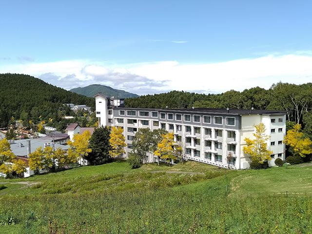 緑に囲まれた「白樺リゾート池の平ホテル」の外観(長野県)
