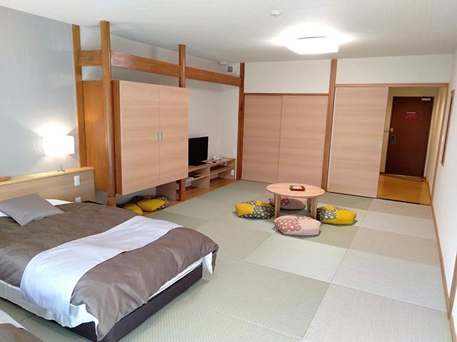 畳の上にベットがある和モダンルーム/池の平ホテル(長野県 白樺湖畔)
