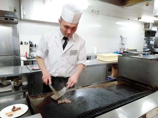 目の前で調理してくれるライブキッチンも/池の平ホテル(長野県 白樺湖畔)