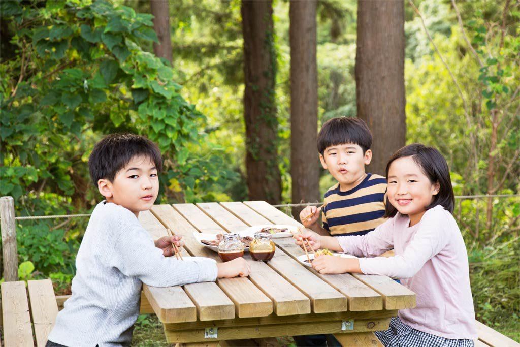 木のテーブルでバーベキュー(千葉県香取市・ザファーム)