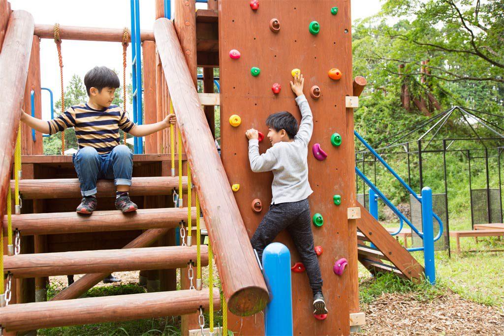 ボルタリングなどの遊具で遊ぶ子供たち(千葉県香取市・ザファーム)