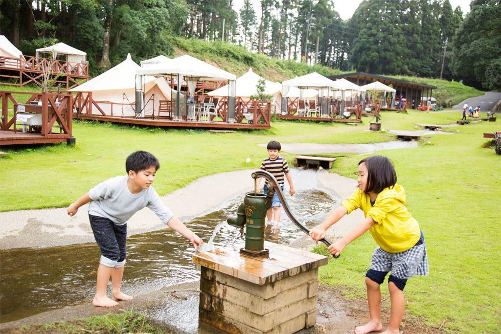 じゃぶじゃぶ池やポンプ式井戸で遊ぶ子供たち(千葉県香取市・ザファーム)