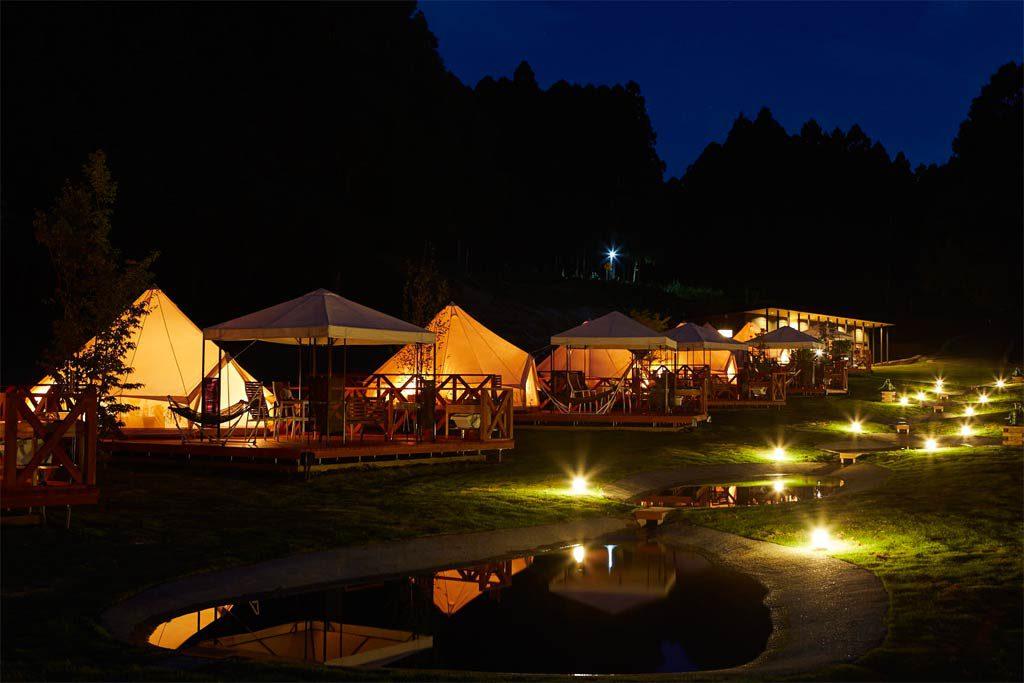 日没後のテントに明かりが灯る/農園リゾート ザファーム(千葉県/香取市)