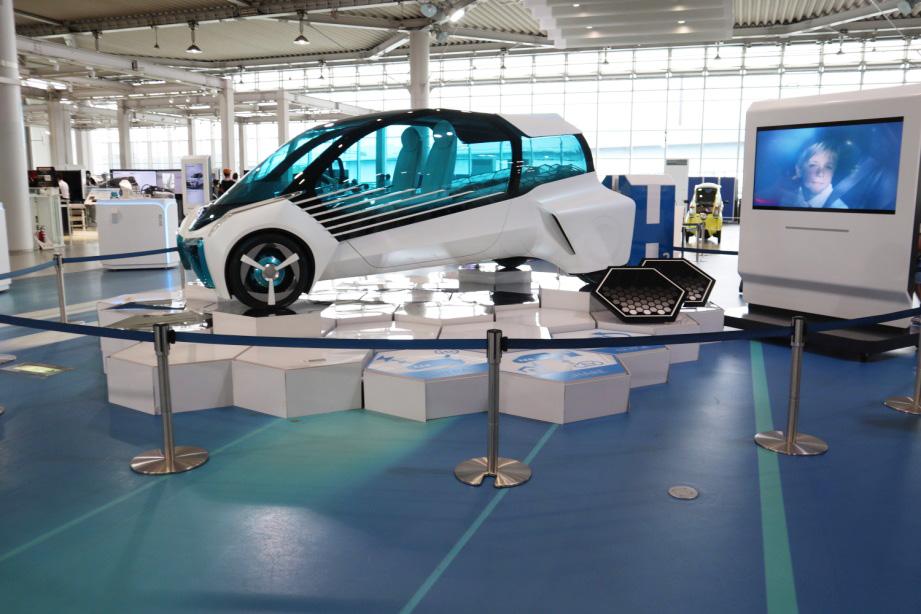 水素と酸素の化学反応により発生した電気で走る燃料電池車/MEGAWEB(東京都/江東区)