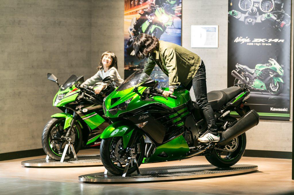 子どもも本物のバイクにまたがることもできる/カワサキワールド(兵庫県神戸市)