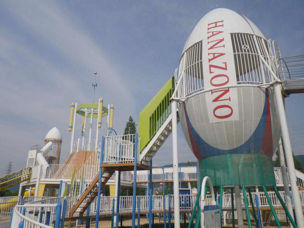 HANAZONOの文字が刻まれたラグビボール型の「ボールタワー」/花園中央公園(大阪府/東大阪市)