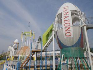 ラグビーボール型タワーが中心の大型遊具が楽しい「花園中央公園」(東大阪市)