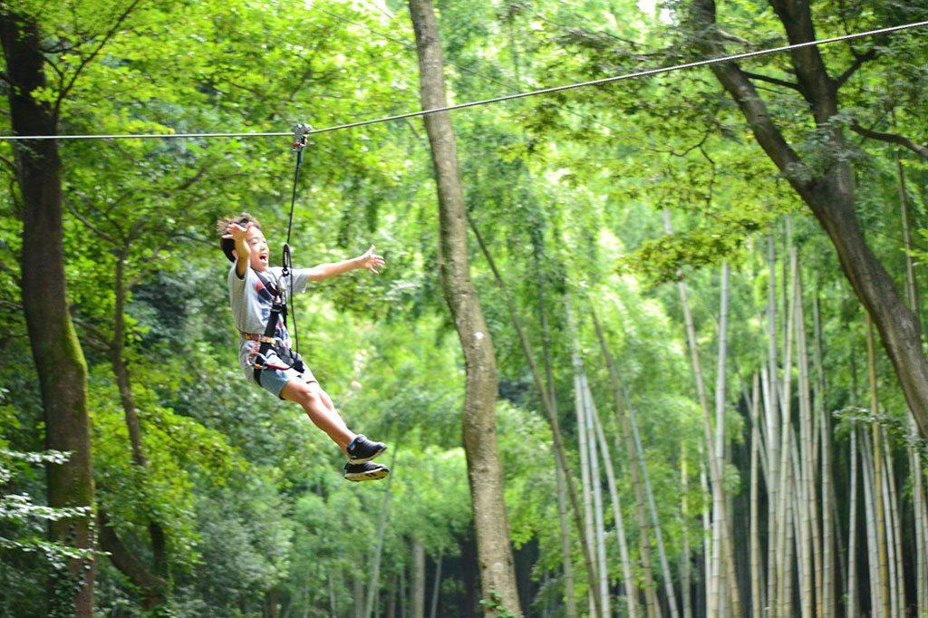 ジップスライドで滑空する子ども/フォレストアドベンチャー・おおひら(栃木県/栃木市)