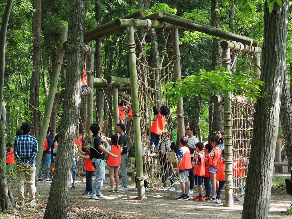 ネットを登る子どもたち/井頭公園フィールド・アスレチックコース(栃木県/真岡市)