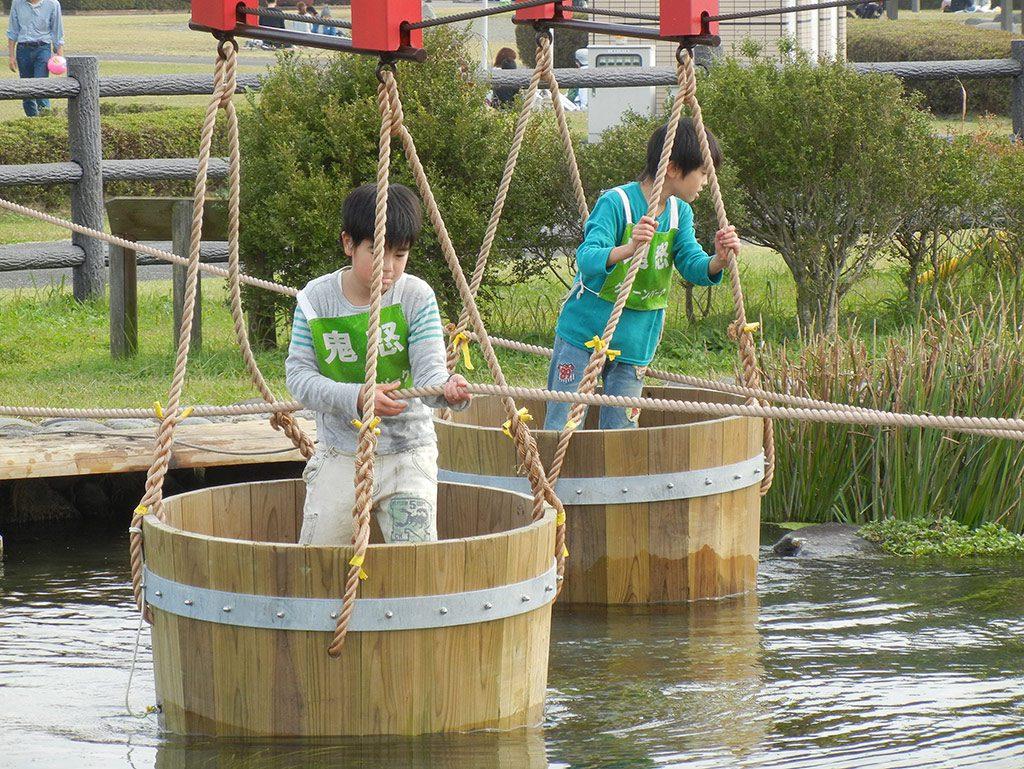 水上アスレチックを楽しむ子どもたち/鬼怒グリーンパーク水上アスレチック(栃木県/高根沢町)