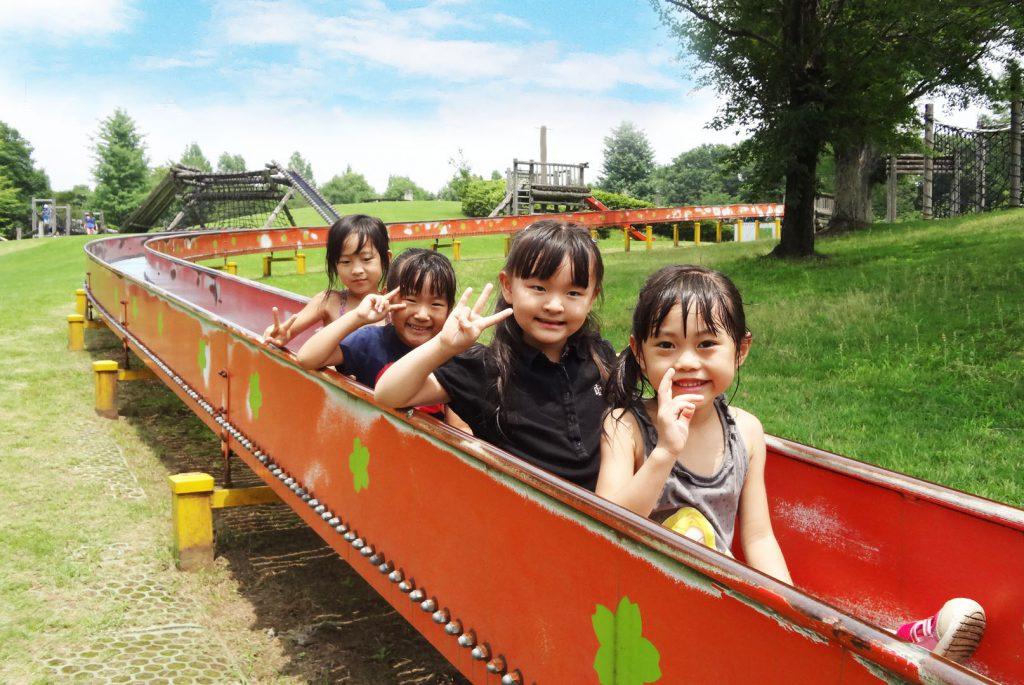 ロングローラー滑り台と子どもたち/カネコ種苗ぐんまフラワーパーク(群馬県/前橋市)