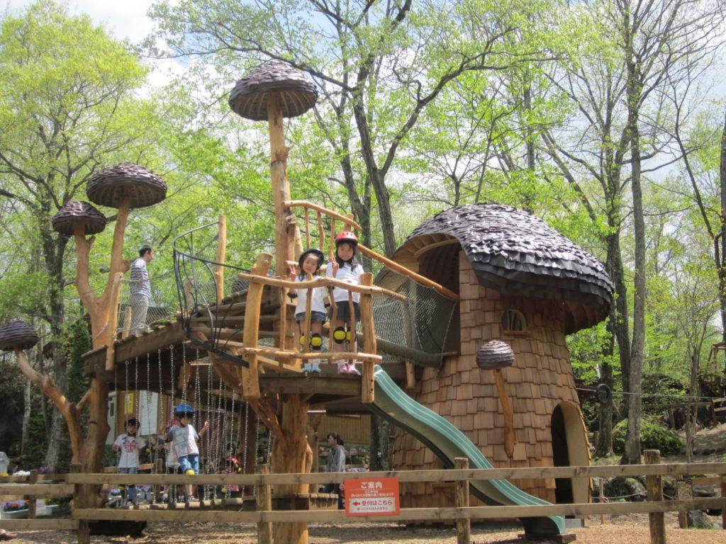 巨大なキノコの形をした秘密基地で遊ぶ子どもたち/軽井沢おもちゃ王国(群馬県/妻恋村)
