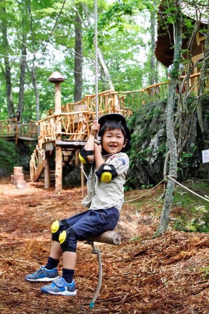ターザン気分のジップロープで遊ぶ子ども/軽井沢おもちゃ王国(群馬県/妻恋村)
