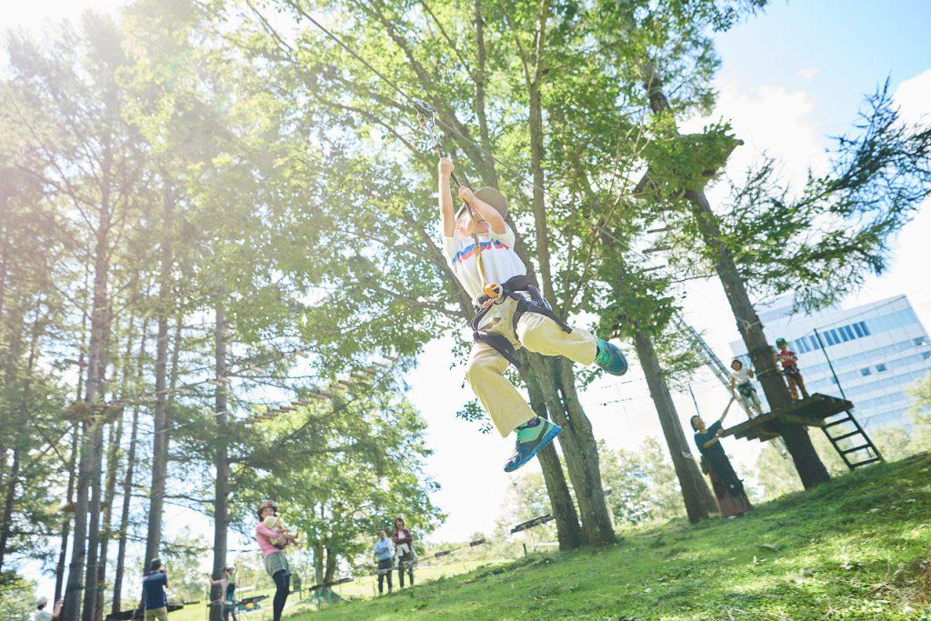 ツリートレッキングを楽しむ子ども/水上高原フォレストジップライン(群馬県/みなかみ町)