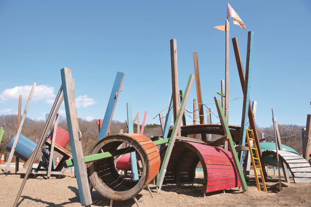 木の柱や板のトンネルを組み合わせた個性的な遊具/観音山公園ケルナー広場(群馬県/高崎市)