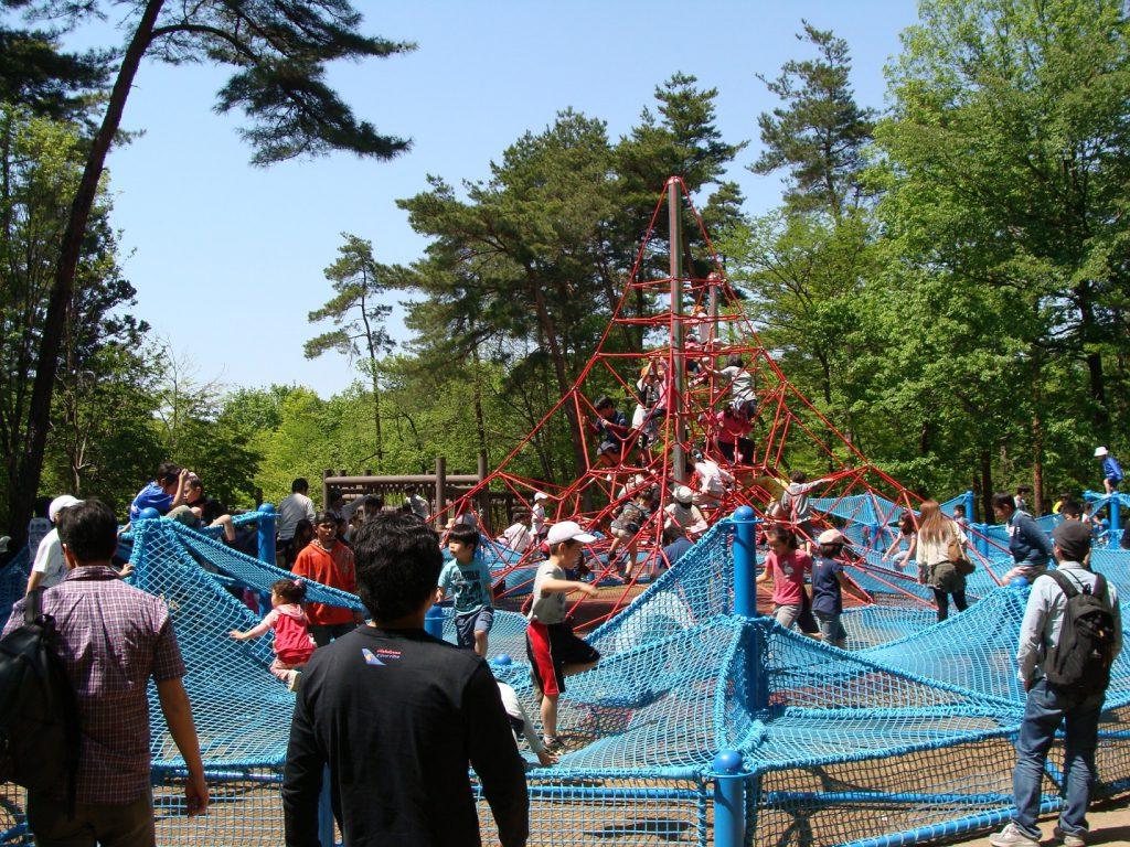ピラミッドロープの上で遊ぶ子どもたち/国営武蔵丘陵森林公園(埼玉県/滑川町)
