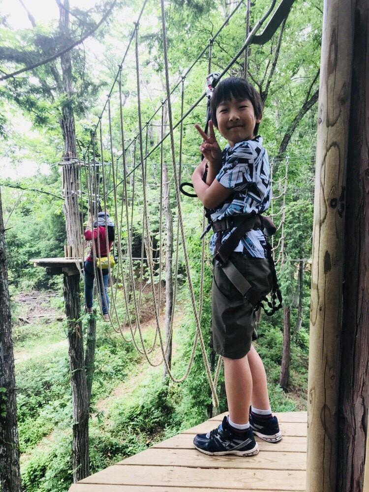 ロープ系のアスレチックに挑戦する子ども/フォレストアドベンチャー・秩父(埼玉県/秩父市)