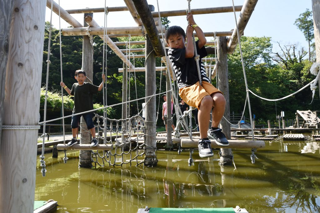 水上渡りでロープにぶら下がる子ども/清水公園(千葉県野田市)