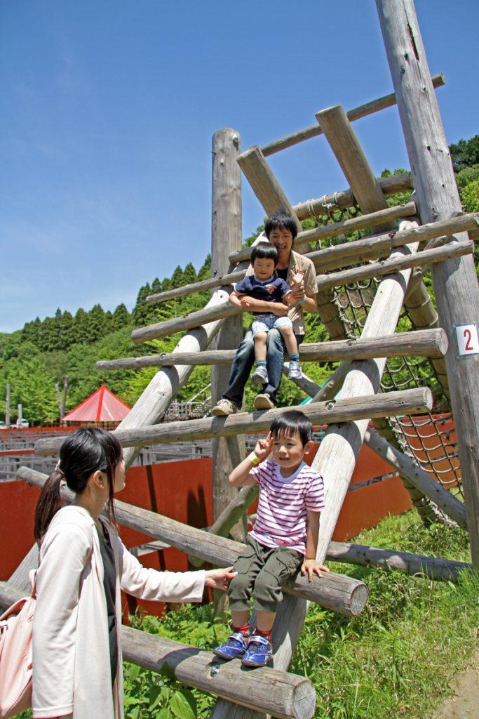 最初の難関峠越えを楽しむ親子/ロマンの森共和国(千葉県/君津市)