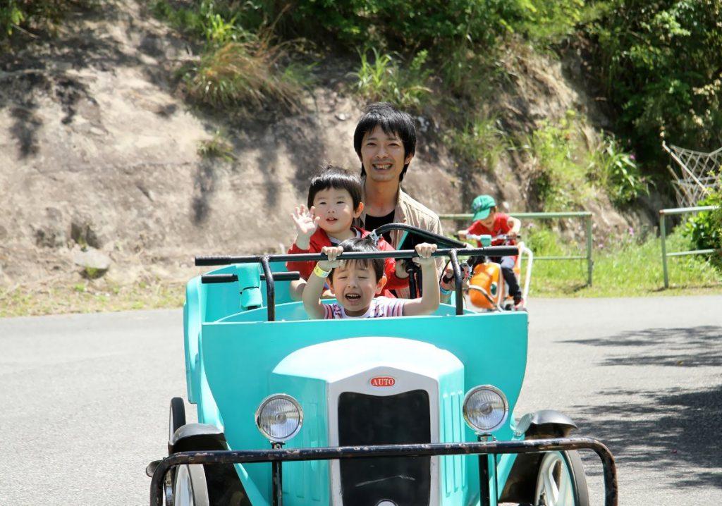 オモシロ自転車に乗る親子/ロマンの森共和国(千葉県/君津市)
