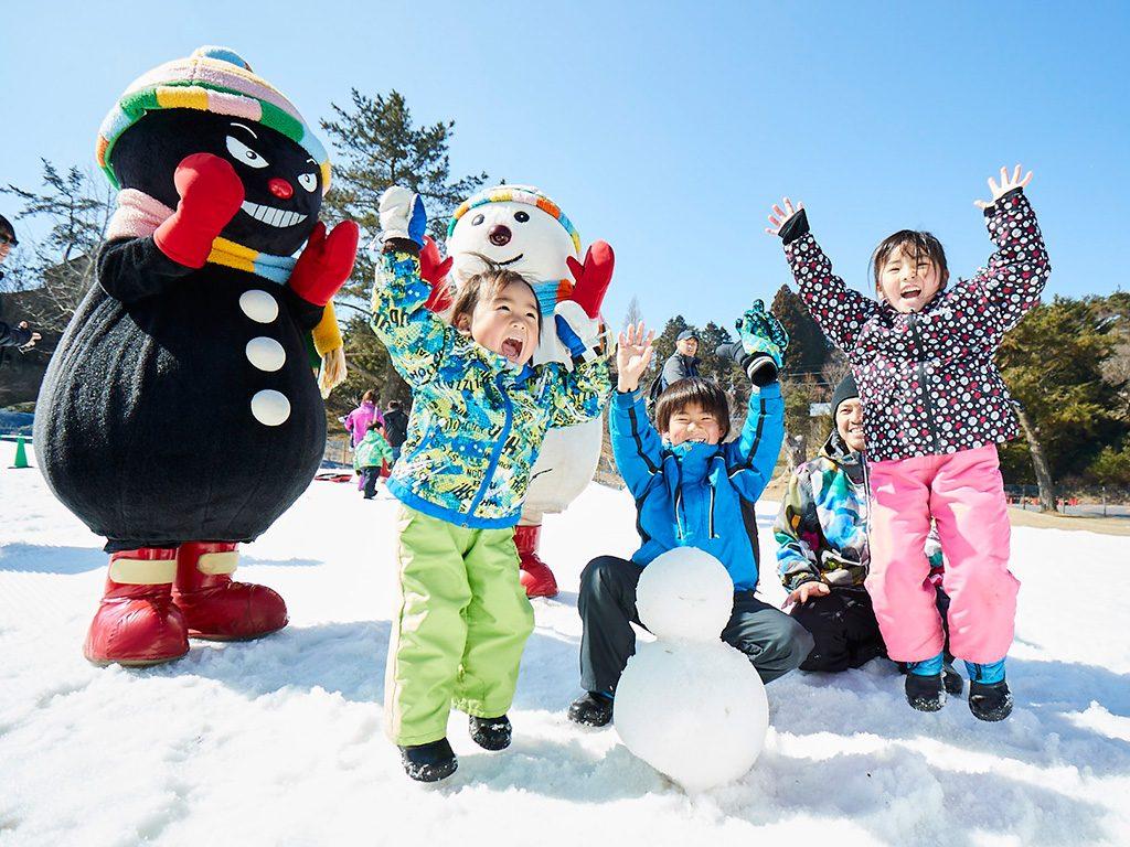 六甲山スノーパーク(兵庫県/神戸市)で雪遊びをする子どもたち
