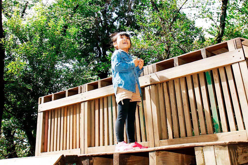 羽根木プレーパークで遊ぶ様子(東京都/世田谷区)