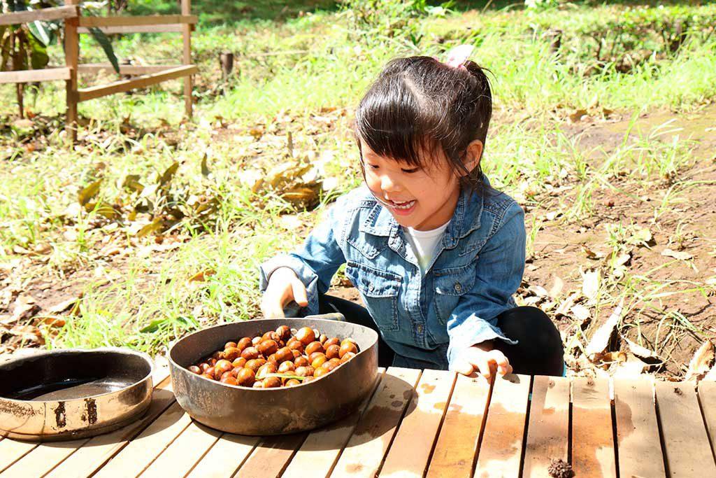 羽根木プレーパークでどんぐりで遊ぶ子ども(東京都/世田谷区)