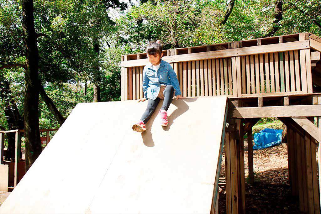 はしごも階段もない滑り台で試行錯誤してチャレンジ/羽根木プレーパーク(東京都/世田谷区)