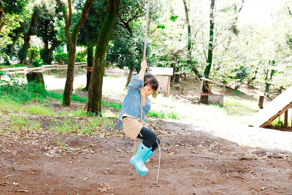 ロープでターザンごっこをする子ども/羽根木プレーパーク(東京都/世田谷区)
