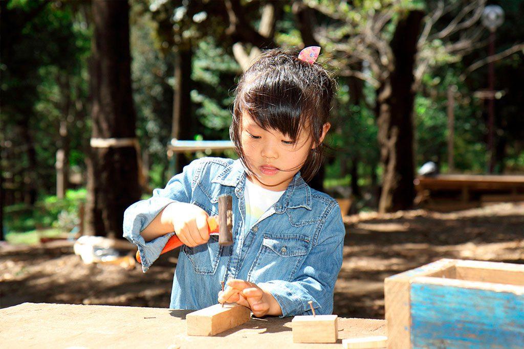 釘打ち・釘抜きができる木工コーナー/羽根木プレーパーク(東京都/世田谷区)