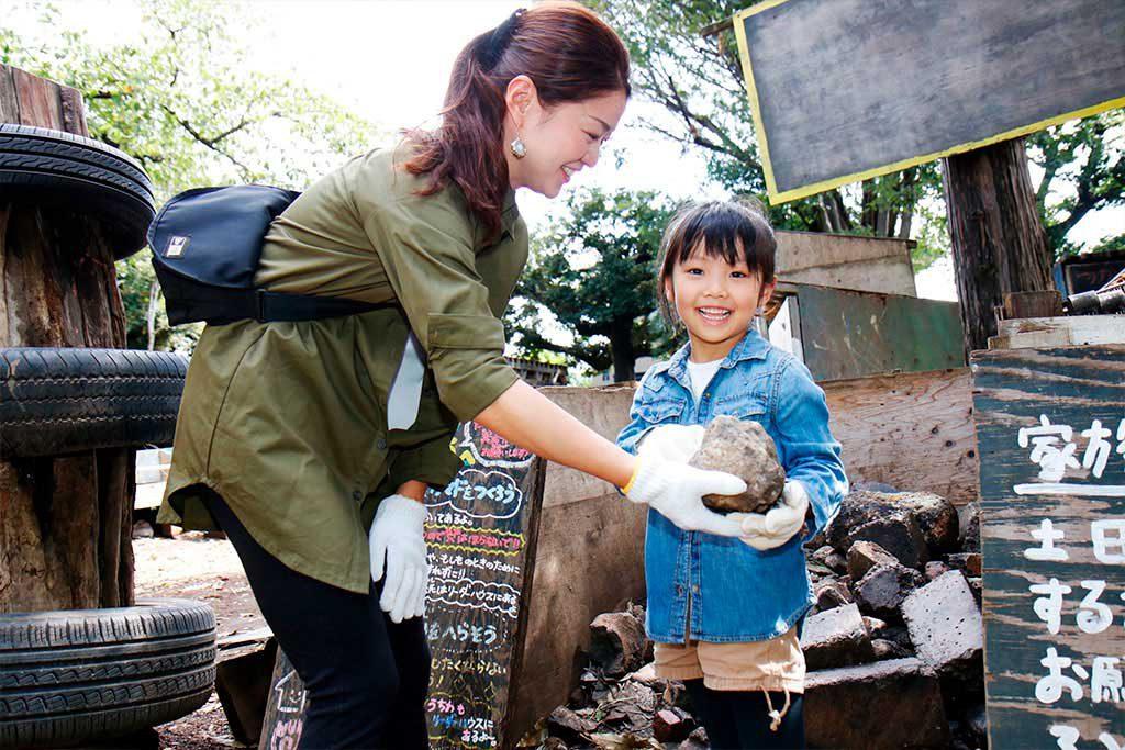 かまどの石を集める親子/羽根木プレーパーク(東京都/世田谷区)