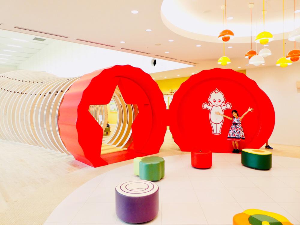 見学スペースでポーズをとる子ども/マヨテラス(東京都/調布市)